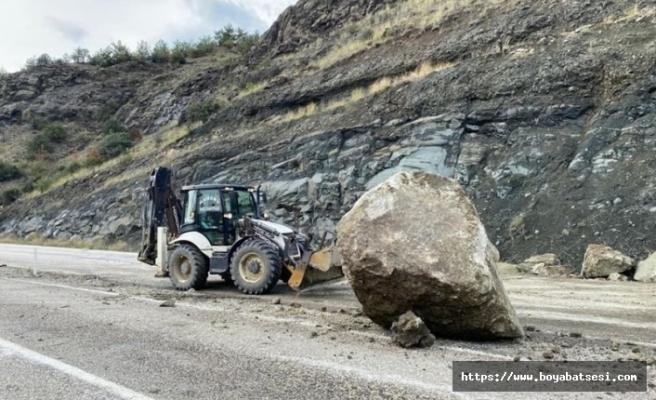 Boyabat Kastamonu yolunda kayalar karayolunu trafiğe kapattı
