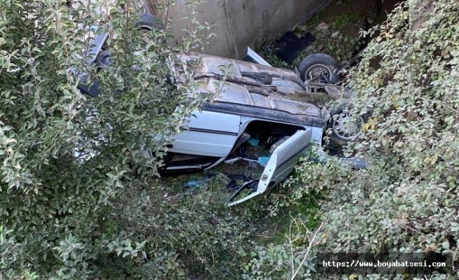 Boyabat Karacaören mevkiinde otomobil şarampole yuvarlandı