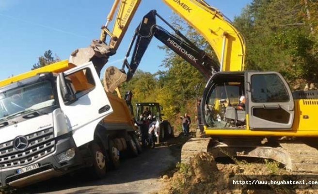 Yol malzemesi taşıyan kamyon taksiye çarpmamak için şarampole düştü.