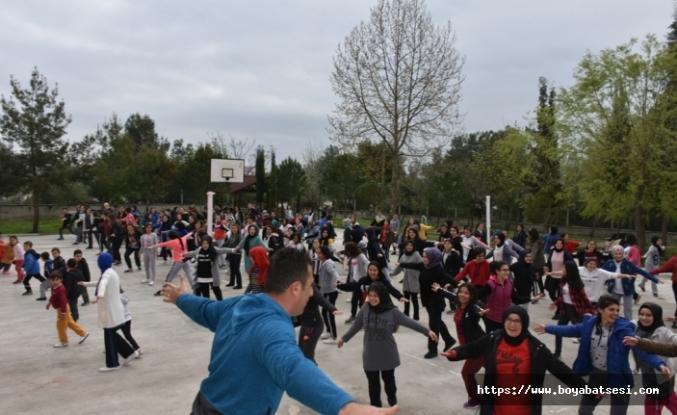 Öğretmen ve Öğrenciler Bağımlılıkla Mücadele İçin Birlikte Spor Yaptılar.