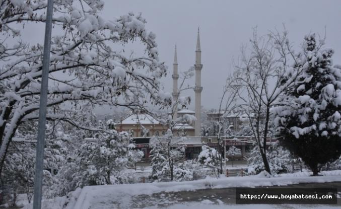 Boyabat ilçesinde kar yağışı nedeniyle 43 köyün yolu ulaşıma kapandı.