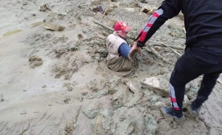 Yaşlı adam battığı çamurdan zorlukla kurtarıldı