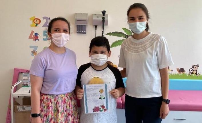 Boyabatlı öğrenci sağlık çalışanlarını duygulandırdı