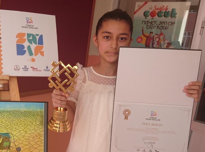 7.Türkiye Değer Ödülleri Karikatür dalında Türkiye 1.si olan Nimet Biçer ödülünü aldı. ile ilgili görsel sonucu